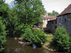 Saint-Jean-de-Côle: Rivière (la Côle) bordée d'arbres et maisons du village. Dans le Périgord vert en Dordogne. France