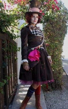 This is the perfect female Mad Hatter costume for Halloween! Mad Hatter Halloween Costume, Mad Hatter Cosplay, Original Halloween Costumes, Mad Hatter Costumes, Hallowen Costume, Mad Hatter Hats, Halloween Costume Contest, Halloween Kostüm, Mad Hatters