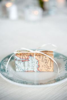 Love the idea of wrapping gifts in a map; would be great to wrap souvenir gifts for friends in the maps of places the gifts are from!