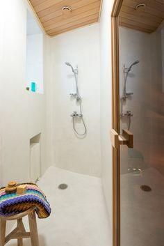 Suunnittelemani saunan suihkutila, joka on raikas ja valoisa.