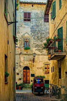 Let's take a walk in the town of Pienza, in the province of Siena, in the Val d'Orcia in Tuscany, Italy. Photography by: Harry Otani #italyphotography
