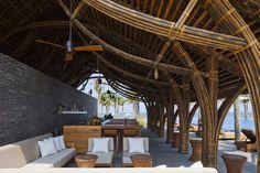 """O Retiro Naman no Vietnã incluiu 3 novos prédios em sua bela construção. Projetados pelo escritório Vo Trong Nghia Arquitetos, são três prédios de bambu com telhados de sapé, incluindo um restaurante com enormes colunas em forma de trompete. Outros edifícios foram planejados por MIA Design Studio, incluindo um """"spa dia"""" com jardins suspensos e…"""