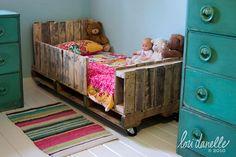 Auch die Kleinen wollen irgendwo schlafen. Am besten findet der Nachwuchs sicher in einem selbstgebauten Bettchen Ruhe, oder? Also Ärmel hochkrempeln und los gehts. Unser Vorschlag: Ein Kinderbett aus Paletten. Man braucht nur 2 Europaletten, Winkel, Schrauben, Säge – das üblich halt um ein paar Bretter zusammen zuschrauben. Wer seinem Kind noch ein wenig Spaß …