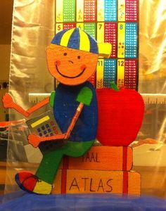 Weer naar school etalage van De Blauwe Ballon Ballon, Second Hand, Rotterdam, Dinosaur Stuffed Animal, Christmas Ornaments, Toys, Holiday Decor, School, Animals