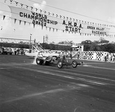 History - Drag cars in motion. Race Tracks, Top Fuel, Green Valley, Drag Cars, Drag Racing, Back In The Day, Car Ins, Roots, Nostalgia