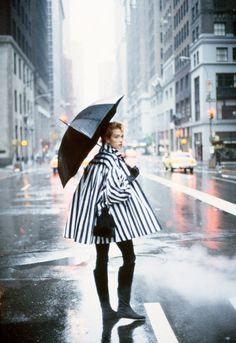"vogue, - ""new york news""-tatjana patitz- photographed by: peter lindbergh - styling: grace coddington. Rain Fashion, Moda Fashion, 80s Fashion, Vintage Fashion, Vogue Fashion, Peter Lindbergh, Tatjana Patitz, Mode Editorials, Paris Mode"