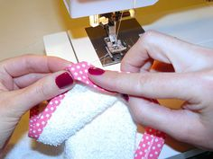 DIY spuugdoekjes | Tutorial: hoeken afwerken met biasband – Maak Het Met Rachel Bias Binding, Bias Tape, Learn To Crochet, Diys, Diy Crafts, Fabric, Sewing Ideas, Hipster Stuff, Ideas