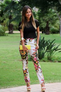 Printed pants and black. Printed Pants Outfits, Floral Pants Outfit, Casual Chic, Casual Wear, Chic Outfits, Fashion Outfits, Pantalon Cigarette, Casual Summer Outfits For Women, Fashion Looks