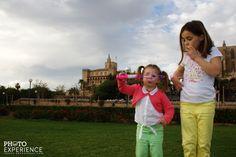 Haciendo burbujas en el Parc de la Mar de Palma de Mallorca.