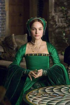 Natalie Portman as Anne Boleyn in The Other Boleyn Girl in green costume Mode Renaissance, Renaissance Dresses, Renaissance Fashion, Medieval Dress, Tudor Dress, Elisabeth I, The Other Boleyn Girl, Anne Boleyn, Fashion Vintage