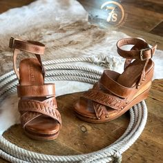 The Texhomas – Mason Tan leather open toe wedge sandal. The prettiest wood grain leather wrapped wedge. Boho Shoes, Boho Sandals, Wedge Sandals, Western Shoes, Western Chic, Savannah Sevens, Beautiful Sandals, Tan Wedges, Nike Tennis Shoes
