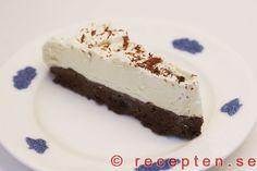 Recept med vit och mörk choklad förenade i en glasstårta. Mycket god och enkel att göra. Bilder steg för steg.