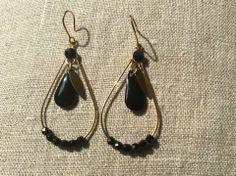 Boucles d oreilles goutte en email noir et doré : Boucles d'oreille par guerloule