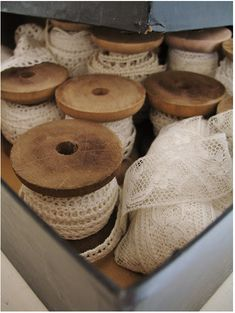 Wooden Spools and Vintage Lace Vintage Sewing Notions, Vintage Sewing Machines, Lace Ribbon, Fabric Ribbon, Vintage Shabby Chic, Vintage Lace, Vintage Wood, Vintage Decor, Vintage Accessoires