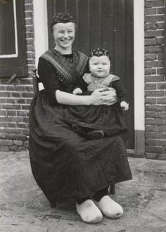 Margje Timmerman-Hokse en haar zoon Derk Timmerman. Margje is gekleed in daagse dracht en is in de rouw. Derk draagt nog de rokkendracht. Hiij is als jongen ondermeer herkenbaar aan zijn gebloemde schouderdoek. 1952 #Overijssel #Staphorst
