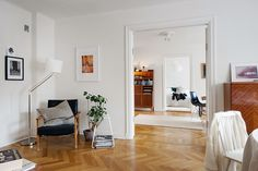 Meble vintage w nowym skandynawskim mieszkaniu. Vintage furniture in the new Scandinavian apartment.
