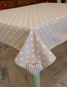 Pure HeART di Francesca Pugliese --- weighted corners keep tablecloth from blowing away at picnics! Sewing Hacks, Sewing Crafts, Sewing Projects, Diy Projects, Tablecloth Weights, Techniques Couture, Table Toppers, Table Linens, Table Decorations