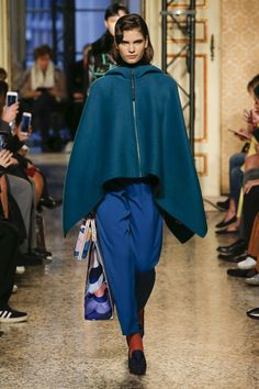 The complete Emilio Pucci Fall 2018 Ready-to-Wear fashion show now on Vogue Runway. Emilio Pucci, Fashion Week 2018, Italian Fashion Designers, Capes For Women, Vogue Russia, Fashion Show Collection, Fashion Photo, Casual Wear, Autumn Fashion