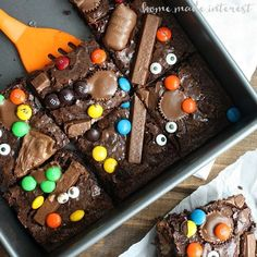 Hosting a Halloween Party? Have you thought about Halloween treats or Party foods? Look here for ghoulish Halloween Party food ideas which you'll love. Halloween Brownies, Halloween Desserts, Halloween Snacks For Kids, Halloween Candy, Halloween 2019, Halloween Appetizers, Halloween Chocolate, Women Halloween, Halloween Witches