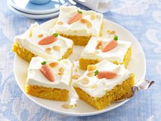 Saftiger Karottenkuchen mit cremigem Frischkäse-Topping: Damit liegen Sie immer… Juicy carrot cake with creamy cream cheese topping: You are always in the right place! We show step by step how the basic recipe succeeds. Delicious Cake Recipes, Yummy Cakes, No Bake Desserts, Dessert Recipes, Baking Recipes, Cookie Recipes, Cream Cheese Topping, Cinnamon Cake, Pumpkin Spice Cupcakes