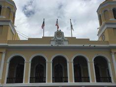 Alcaldía de San Juan - 9/3/16 - 11:00 a.m. - Banderas no colocadas a media asta, incumpliendo con decreto presidencial. Uso correcto del color de la bandera de Puerto Rico. Banderas en buen estado y bien colocadas.