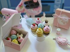 ♡ ♡  Sweet Petite Assorted Cupcakes with Pink por SweetPetiteShoppe