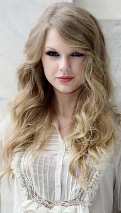Taylor Swift is one of the best young country artists. She's famous not only for her talent, but also for her beauty and gorgeous blonde locks. Here's Taylor Swift hair evolution! Taylor Swift Hot, Taylor Swift Haircut, Estilo Taylor Swift, Taylor Swift Style, Taylor Swift Curly Hair, Red Taylor, Celebrity Hairstyles, Bun Hairstyles, Hairstyles Pictures