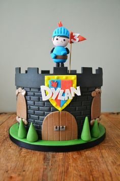 Mike the Knight novelty castle cake « YUM NUMS - Bespoke Wedding and Celebration cake supplier Knight Cake, Knight Party, Fancy Cakes, Cute Cakes, Decors Pate A Sucre, Castle Birthday Cakes, Dragon Party, Character Cakes, Cakes For Boys