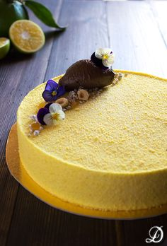 Tarta de Mousse de Yuzu con interior de Pera caramelizada y cremoso de Chocolate y Haba Tonka