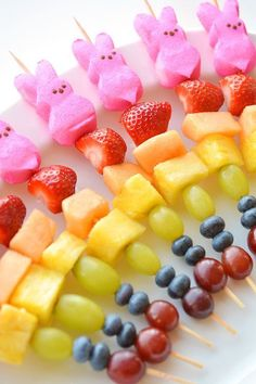 These rainbow Easter Peeps fruit kabobs are SO PRETTY! And they're so simple… These rainbow Easter Peeps fruit kabobs are SO PRETTY! And they're so simple to make. Such a fun and healthy idea for a Easter snack and a great alternative to candy! Easter Snacks, Easter Appetizers, Easter Lunch, Easter Peeps, Easter Treats, Easter Food, Easter Party, Easter Table, Fruit Snacks
