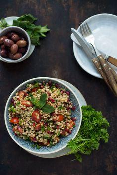 Opskrift: Salat med perlebyg og granatæble Easy Salad Recipes, Easy Salads, Vegetarian Recipes, Healthy Recipes, Healthy Food, Healthy Eating, Salad Menu, Salad Dishes, Crab Stuffed Avocado