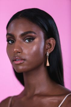 45 Creative Ebony Beauty Portrait Photography Examples Portrait Photography is all about capturing the best shot of a person or two. Generally, it is focused on single person and needs to be clear enough to fit as a portrait. Dark Skin Makeup, Dark Skin Beauty, Hair Beauty, Glowy Makeup, Beauty Box, Eyeshadow Makeup, Beauty Photography, Portrait Photography, Photography Basics