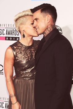 Beautiful people. I'm not sure which I'm more jealous of- her for being with him or him for being with her. Haha