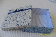 caixinha forrada com tecido azul em estampas floral e listrado.