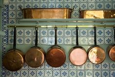 Old school french kitchen and copper cookware - tiles Copper Pots, Copper Kitchen, New Kitchen, Kitchen Tiles, Lemon Kitchen, Hidden Kitchen, Kitchen White, French Kitchen Decor, Eclectic Kitchen