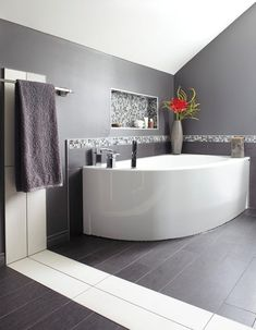 9- salle de bains avec baignoire en forme de pointe de tarte    #Baignoire