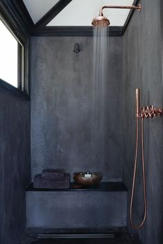 Douche a l'italienne en béton noir et robinetterie cuivrée | black concrete walk-in shower + Copper fittings
