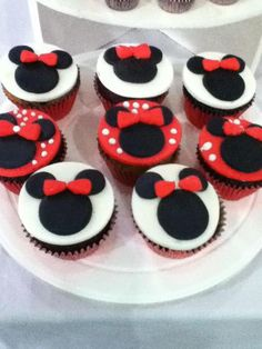 Very Minnie! I like how they have been made to be more decorative yet effective without the cartoon aspects of Minnie. (Eyes, smile, nose etc.) Just the basics but still make the difference. Deco Cupcake, Cupcake Cookies, Love Cupcakes, Yummy Cupcakes, Minnie Cupcakes, Deco Pastel, Mantecaditos, Mickey Mouse Cake, Cakes And More