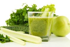 Jugo de apio y manzana verde para desintoxicar los riñones