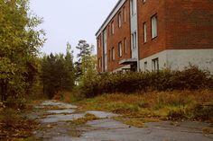Övergivna hyreshus i Grängesberg (Öraberget) som stått tomma i några år.   Abandoned houses in Grängesberg that has been empty for a few years.