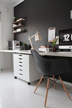 Нестандартный вариант компьютерного стола от Икеа: широкий стол вдоль стены с отдельным местом для работы за компьютером и свободным пространством для письма