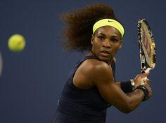 Serena Williams fokussiert sich beim Viertelfinale gegen Ana Ivanovic auf den Ball und fegt die Serbin mit 6:1, 6:3 vom Platz. (Foto: John G. Mabanglo/dpa)