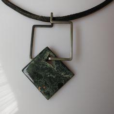 """""""Kwadratura"""" - zielony okaz jaspisu w bardzo prostej, geometrycznej oprawie. #polandhandmade #naszyjnik #biżuteria artystyczna"""