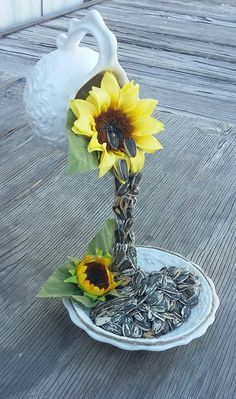 Floating tea pot with sunflowers, tea pot with sunflowers. Teapot Crafts, Cup Crafts, Easter Crafts, Crafts To Sell, Diy And Crafts, Tea Cup Art, Tea Cups, Cup And Saucer Crafts, Teacup Flowers