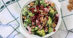 Een broccoli salade met een zomerse twist door de toevoeging van een lichte saus en de granaatappelpitjes. Claudia's Keuken | In balans met eten Guacamole, Risotto, Mexican, Ethnic Recipes, Food, Bulgur, Meals, Mexicans