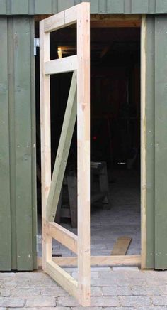 The door to the shed sits perfectly .- Die Tür zum Schuppen sitzt perfekt The door to the shed sits perfectly - Shed Doors, Garage Doors, Porta Diy, Diy Shed, Building A Shed, Building Plans, Diy Garage, Shed Plans, House Plans