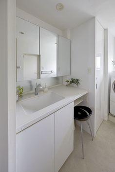 最低限の座れるスペースを確保 洗面カウンター、洗面台、シンプル、洗面収納、バスルーム、リノベーション、三井のリフォーム