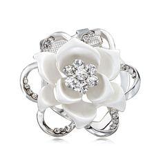 Brošňa na šatky v tvare luxusného kvetu. Vytvára motív luxusného kvetu, ktorý je obohatený žiarivými kamienkami. Brošňa je malé šperkárske majstrovské dielo, ktoré vďaka symbolike v sebe ukrytej dodáva svojej nositeľke pocit elegancie. Skúste byť originálna a ozdobne si svoju hodvábnu šatku alebo hodvábny šál. Brošňa je ideálny doplnok pre ozdobenie vášho outfitu. Brošňu môžete použiť aj na svoje oblečenie.