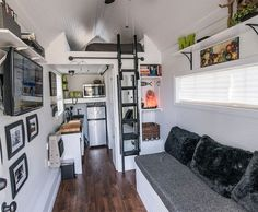 kleine Einzimmerwohnung in Weiß mit schwarzen Akzenten