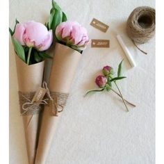 """Que tal abandonar aquele """"plástico comum"""" e criar você mesmo uma embalagem para uma flor nesse Dia das Mães? Delicado e lindo, com certeza sua mãe vai adorar! ❤ #dicadaBenfatto #diadasmães #presente #criatividade #criativo #presentecriativo #diy #benfatto #curitiba #cwb #dicas #limpeza #organização #organize #personalorganizer #qualidadedevida #saopaulo #sp"""
